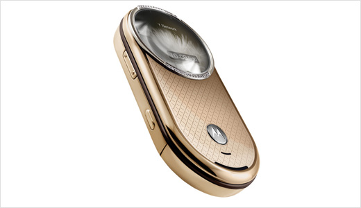 The diamond version of Motorola Aura is scheduled to be available starting today. As you guessed, it comes with luxury price tag of £3500. So what will you get? Gold plated casing and 30 round-cut diamonds embedded around the circular display.